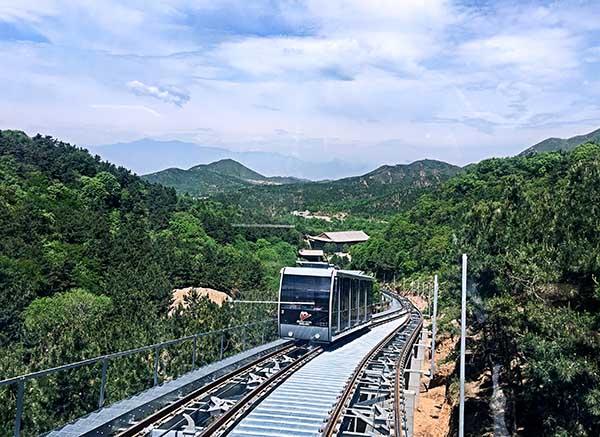 在乘车的过程中可欣赏沿途的优美风景,沿途临空俯视群山叠翠的秀美